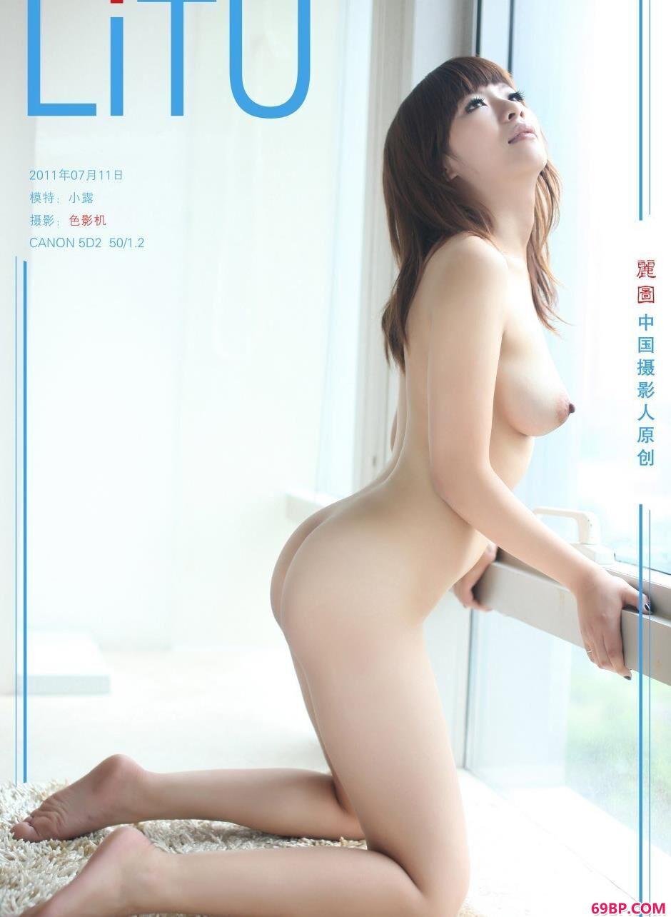 嫩模小露阳台前的撩人美体