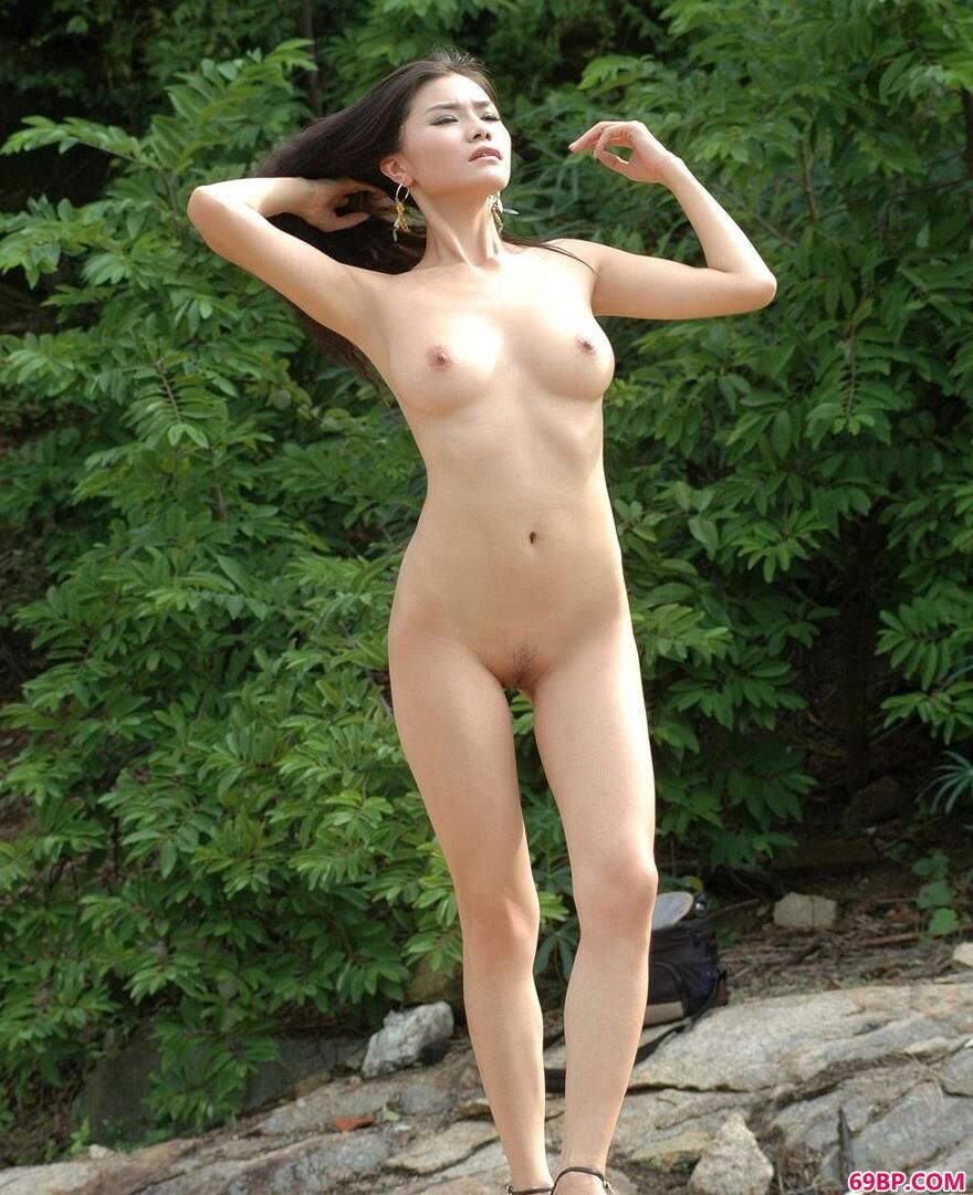 美模丽娜小河边的魅惑人体