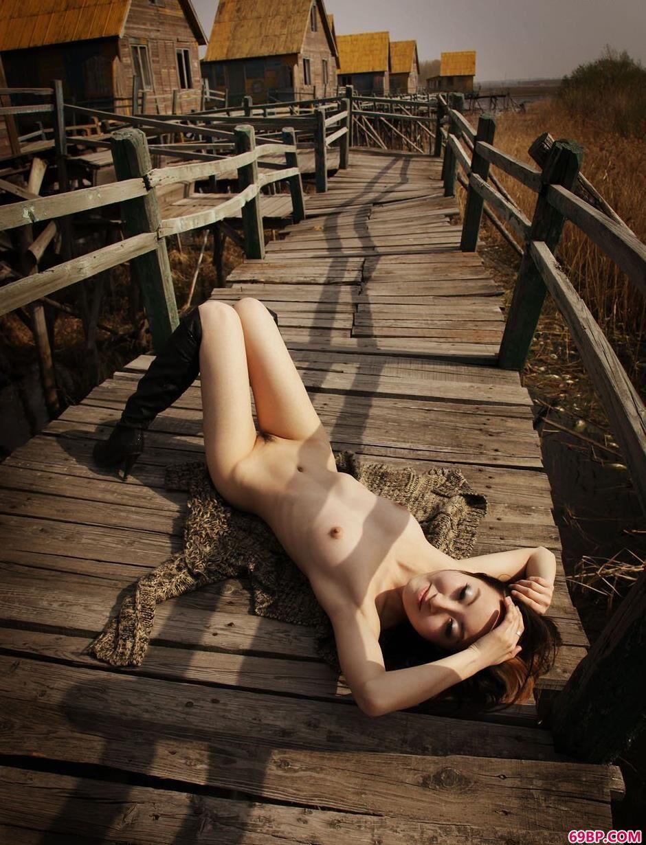靓妹荀林河道小木路上的诱惑人体