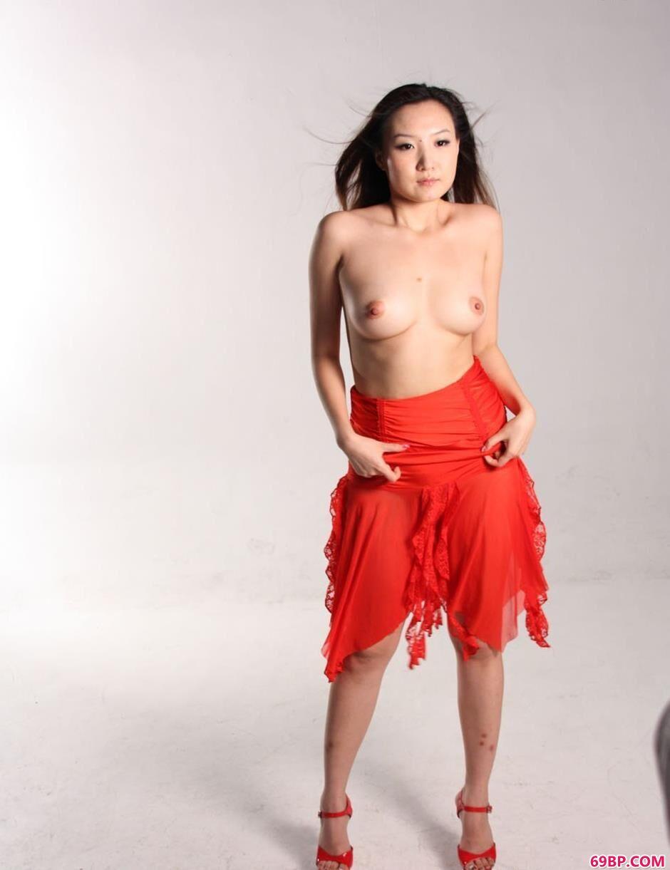名模米旎写真棚里的靓丽美体_西西网人体艺术正版