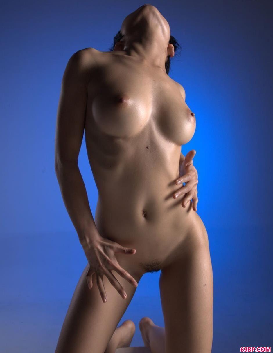 小雪蓝色背景棚里的性感人体1