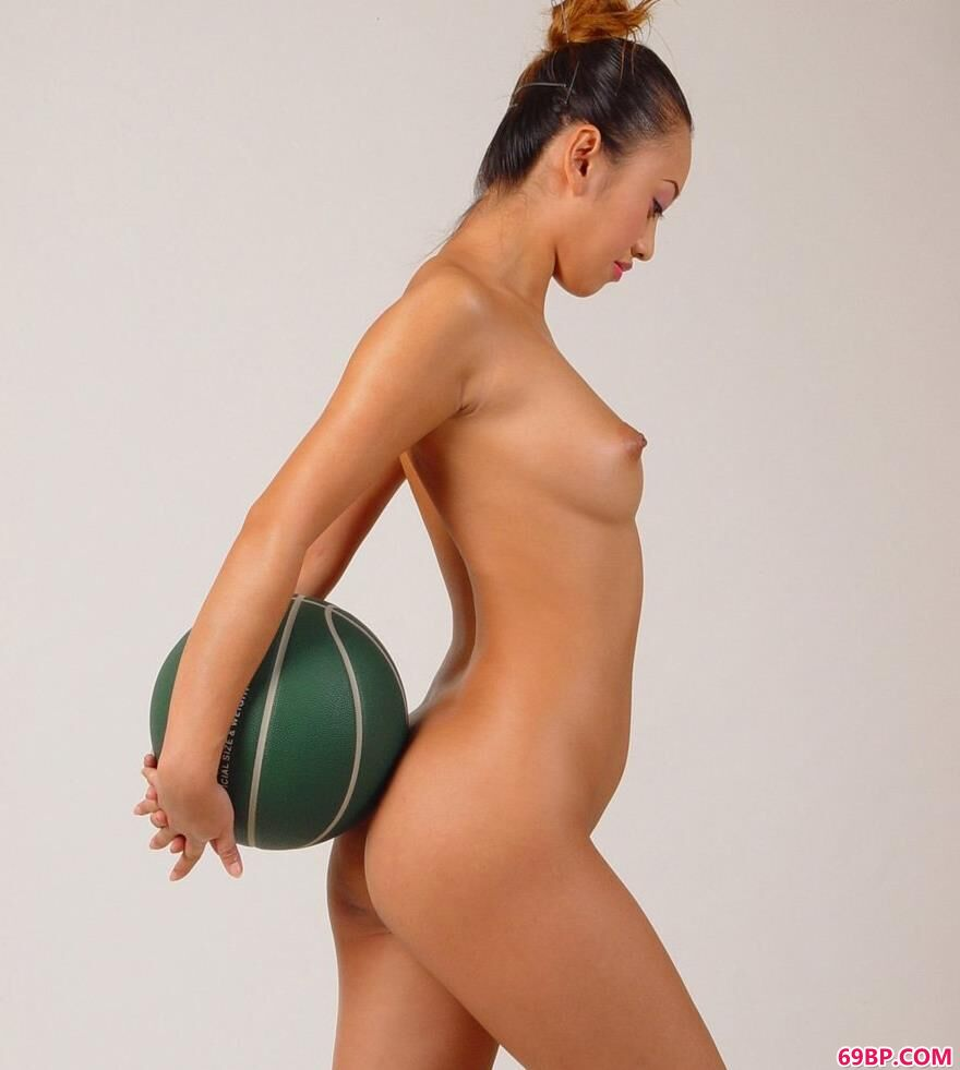 小雯影棚白背景篮球与人体2