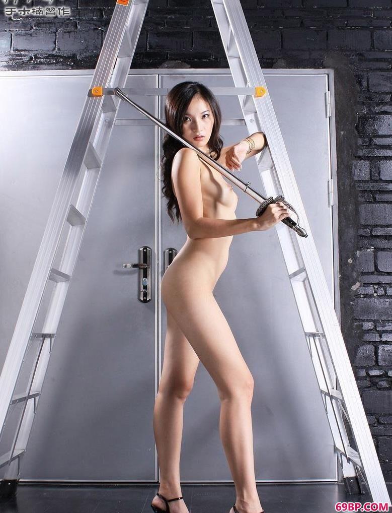 金属梯下的人体名模紫狐狸