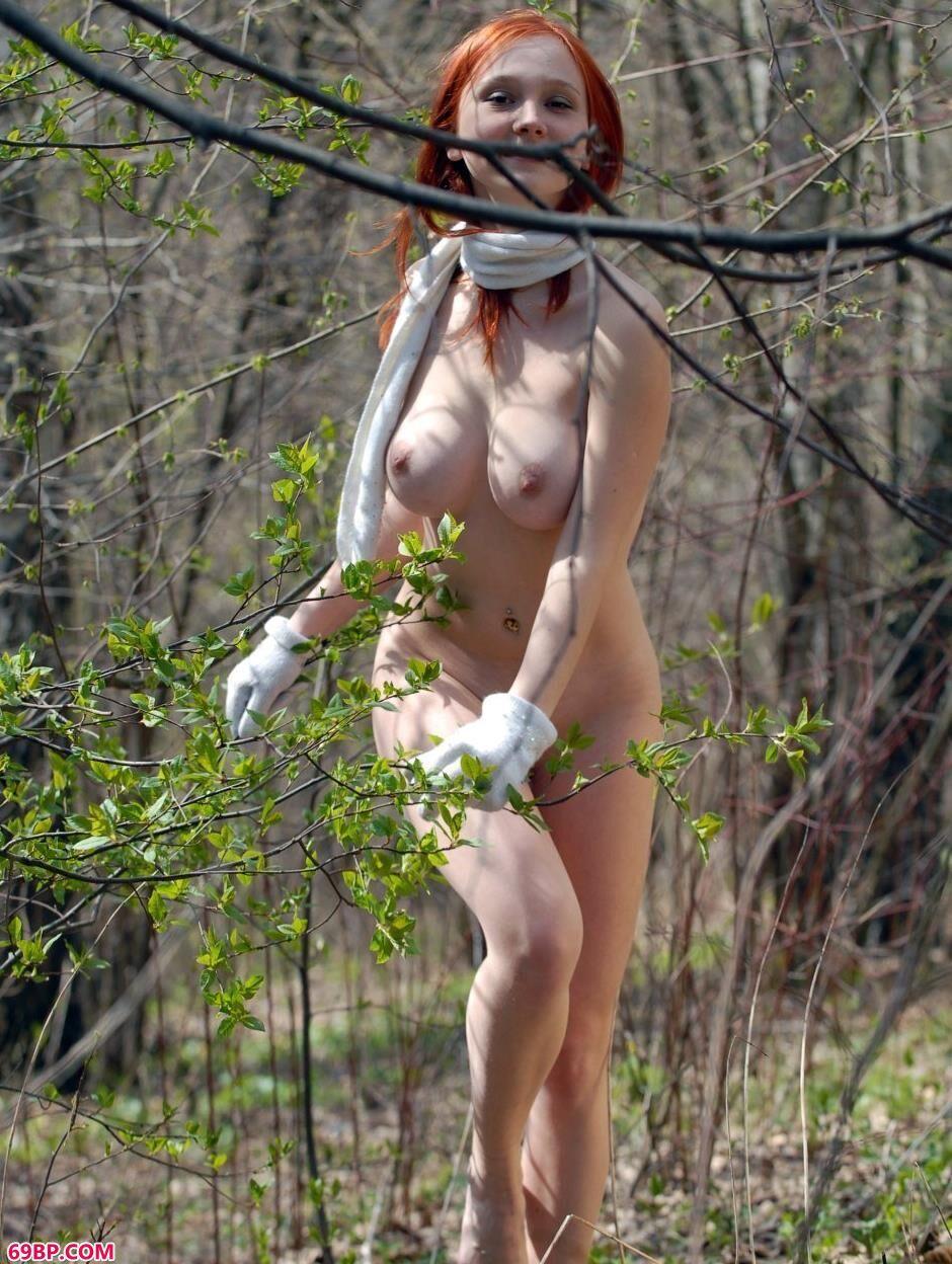 美模Katya树枝下的可人人体