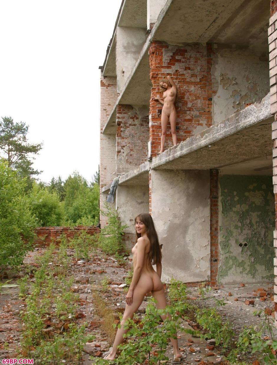 红砖房里的特人体名模Sveta和Olga