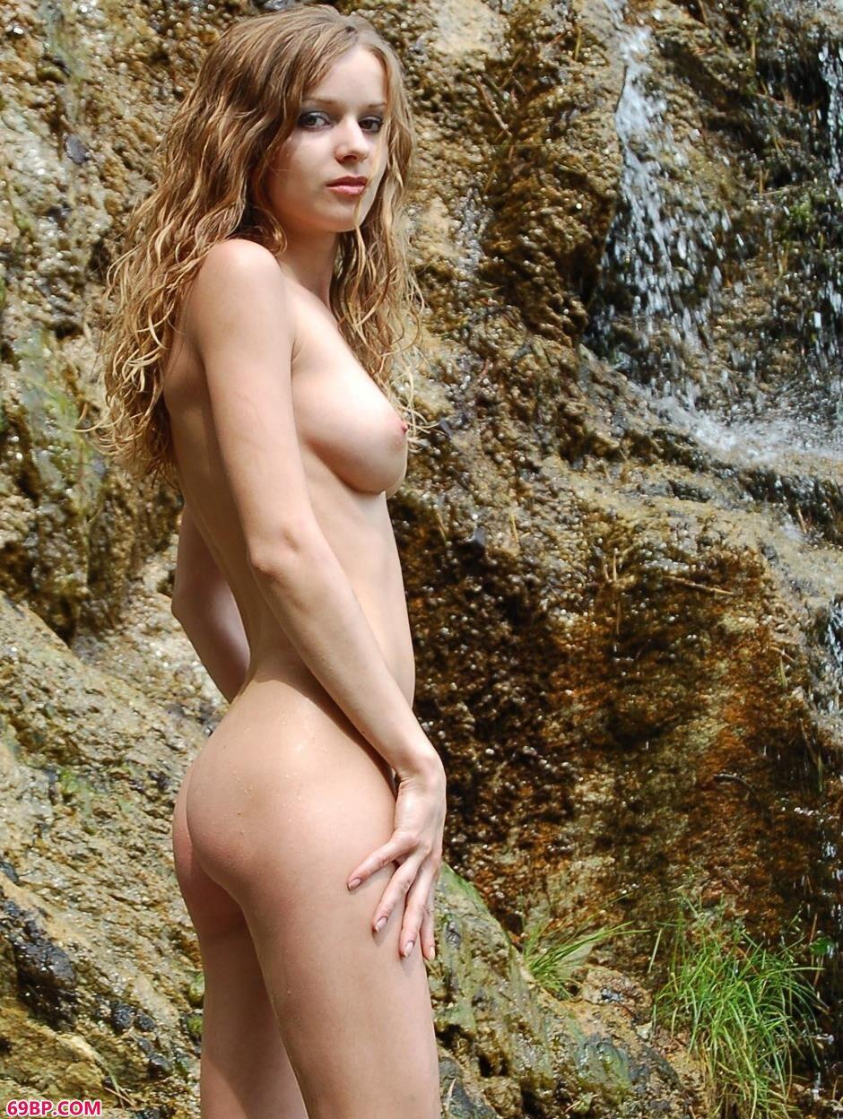嫩模玛莎Masha瀑布下的性感人体1