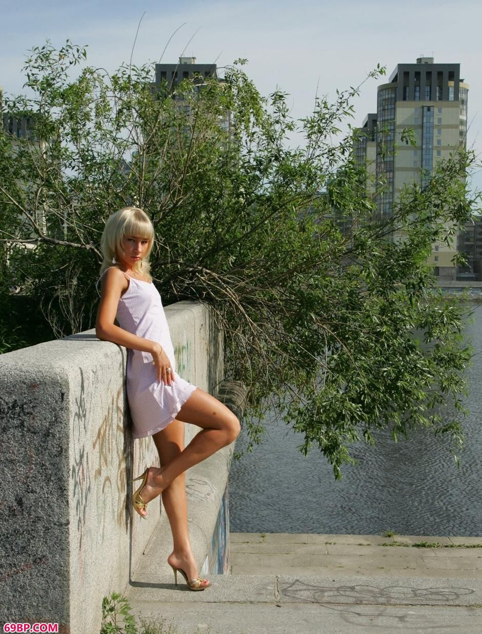 美模Daria河边诱惑身材,gogo人体私密