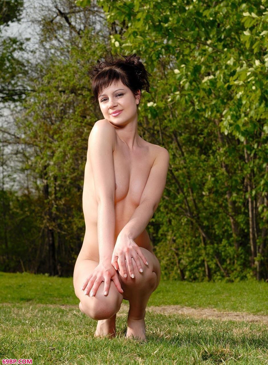 草坪上沐浴阳光的人体美模1,小魔女穆盈大尺度人体艺术