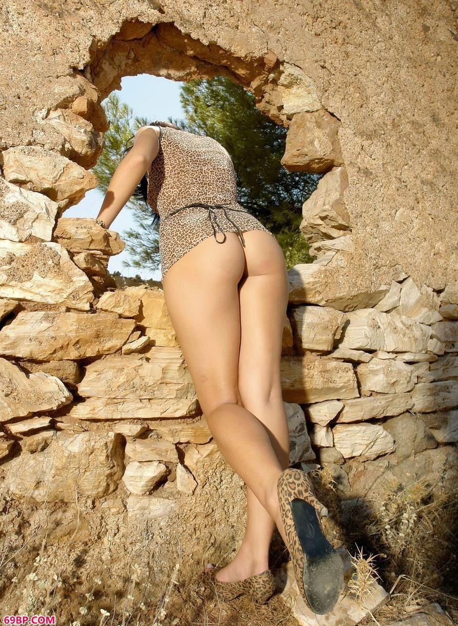 裸模Pearl废墟里的勾魂美体