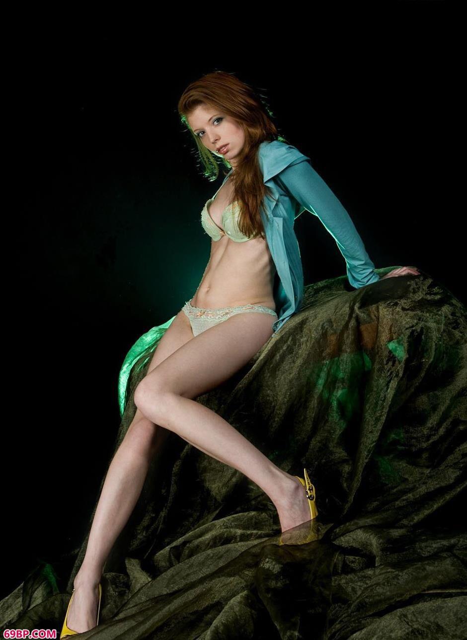 靓女海伦室拍美丽湿身人体1