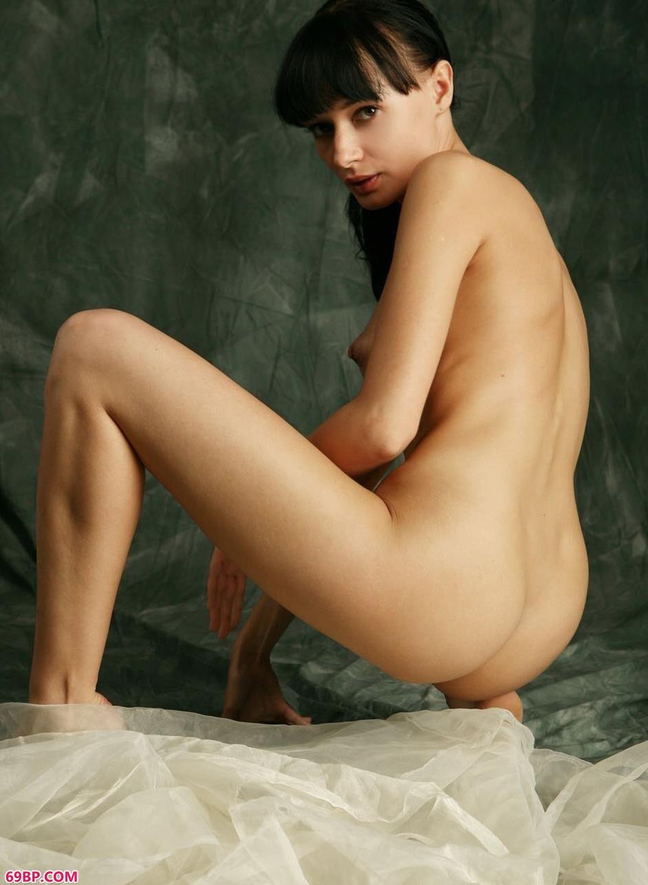 KATIA在篷布上的妩媚人体2_大胆的人体艺术
