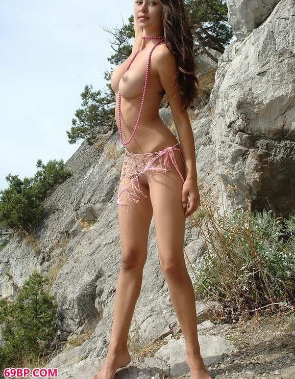 在大石头上遥望大海的裸模fanny