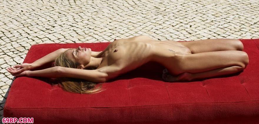 红色的垫子上的金发人体艺术2_张筱雨大胆艺术照