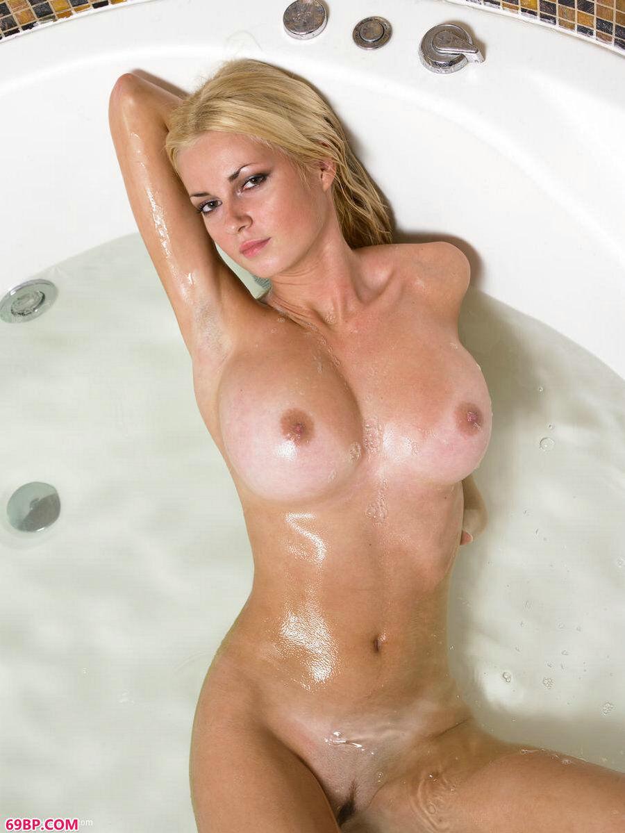 浴缸里的欧模诱惑人体图片