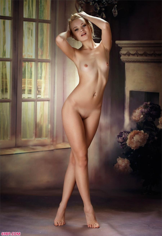 身穿白色皱褶裙的高挑名模_美女私密写真集