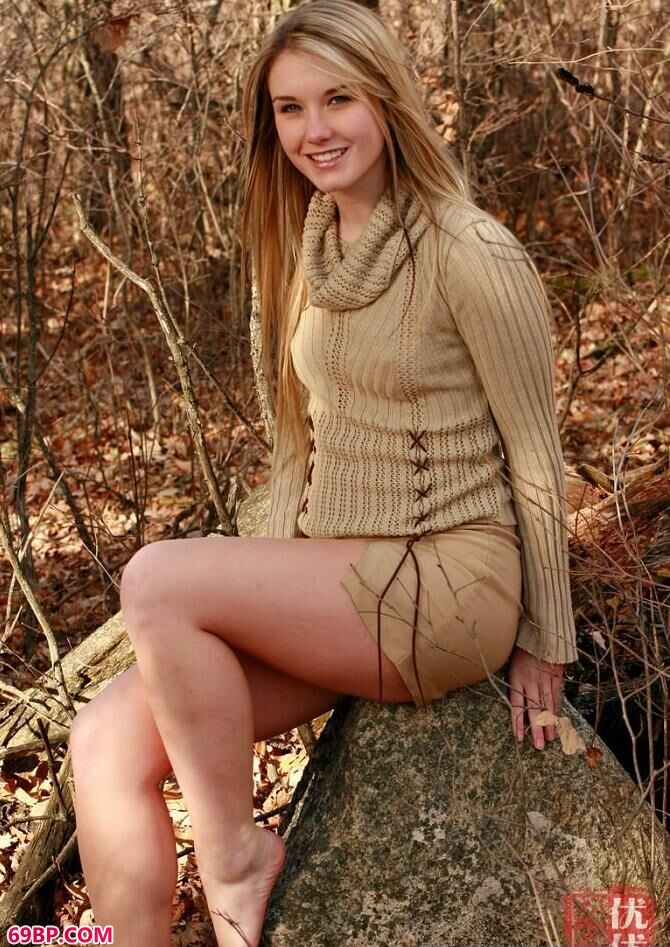 深秋树林里的妹子外拍人体艺术