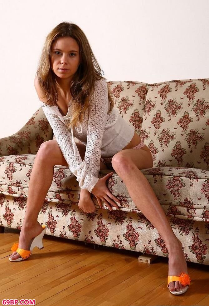 欧美靓妹沙发人体艺术写真