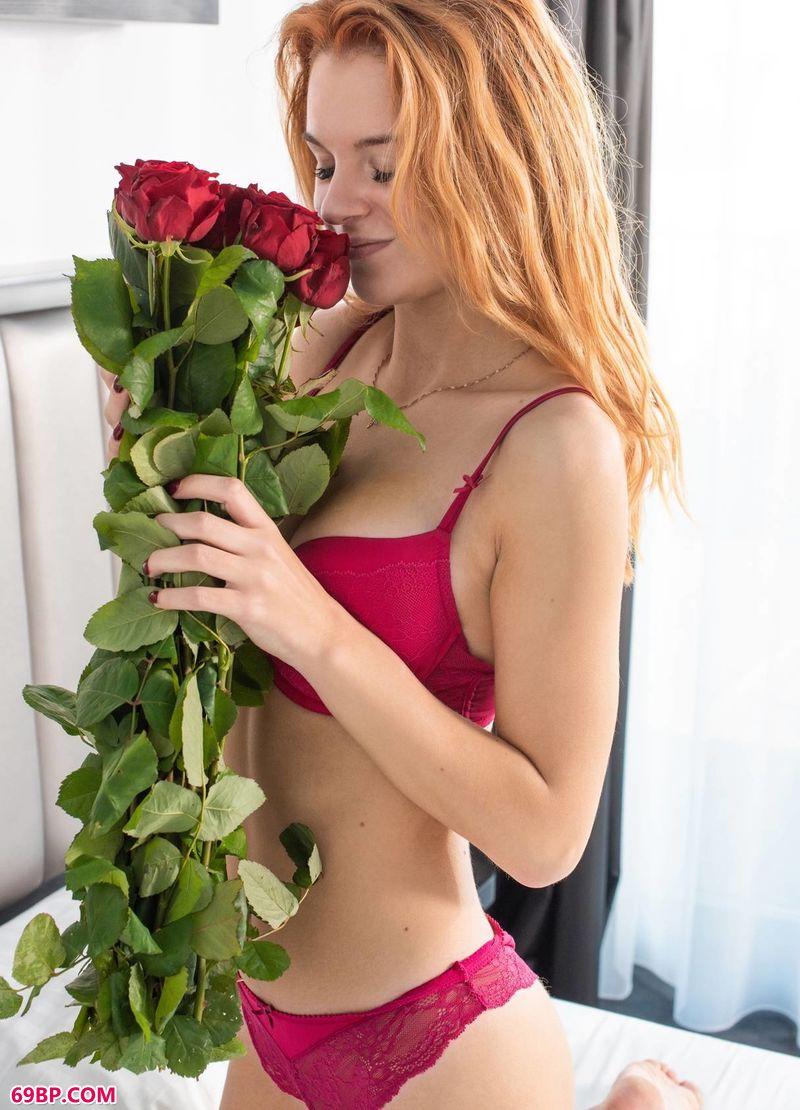 收到鲜花的女神Ingrid