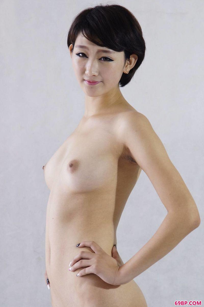 西西正版�D�D中国人体含着_室拍中的xixi模特萌萌